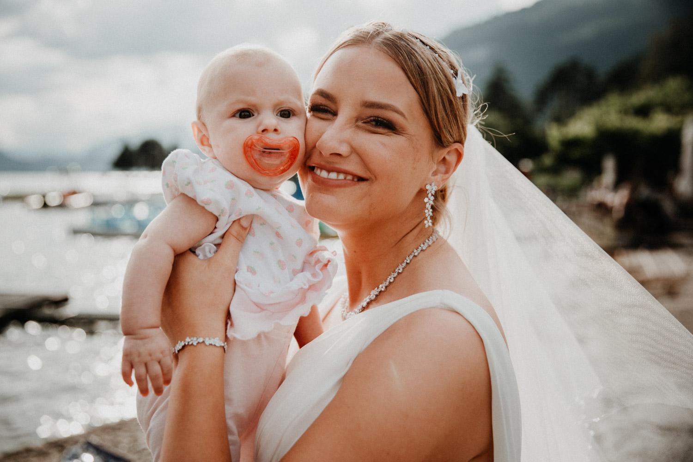 Hochzeitsfotografin Bern Schweiz Interlaken Apéro Hochzeitsgäste Hotel Neuhaus Unterseen Braut
