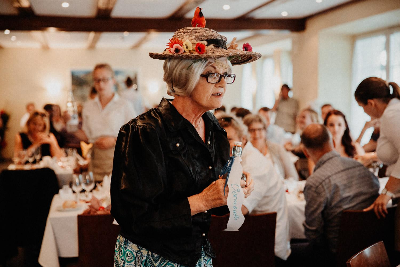 Hochzeitsfotografin Bern Schweiz Interlaken Apéro Hochzeitsgäste Hotel Neuhaus Unterseen Abendunterhaltung