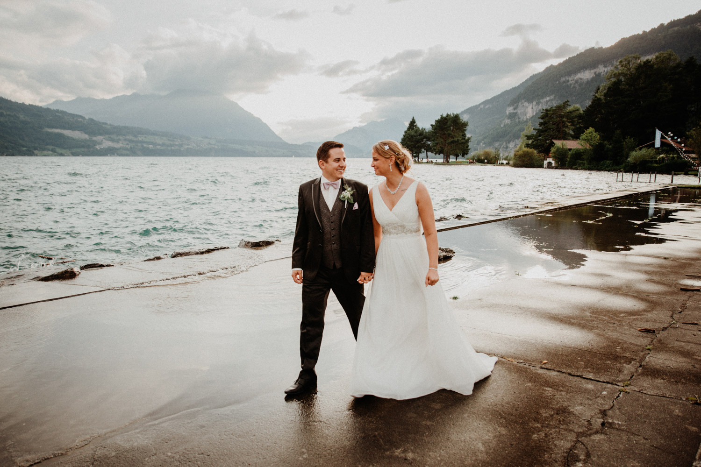 Hochzeitsfotografin Bern Schweiz Interlaken Brautpaarshooting natürliche Hochzeitsfotos Thunersee