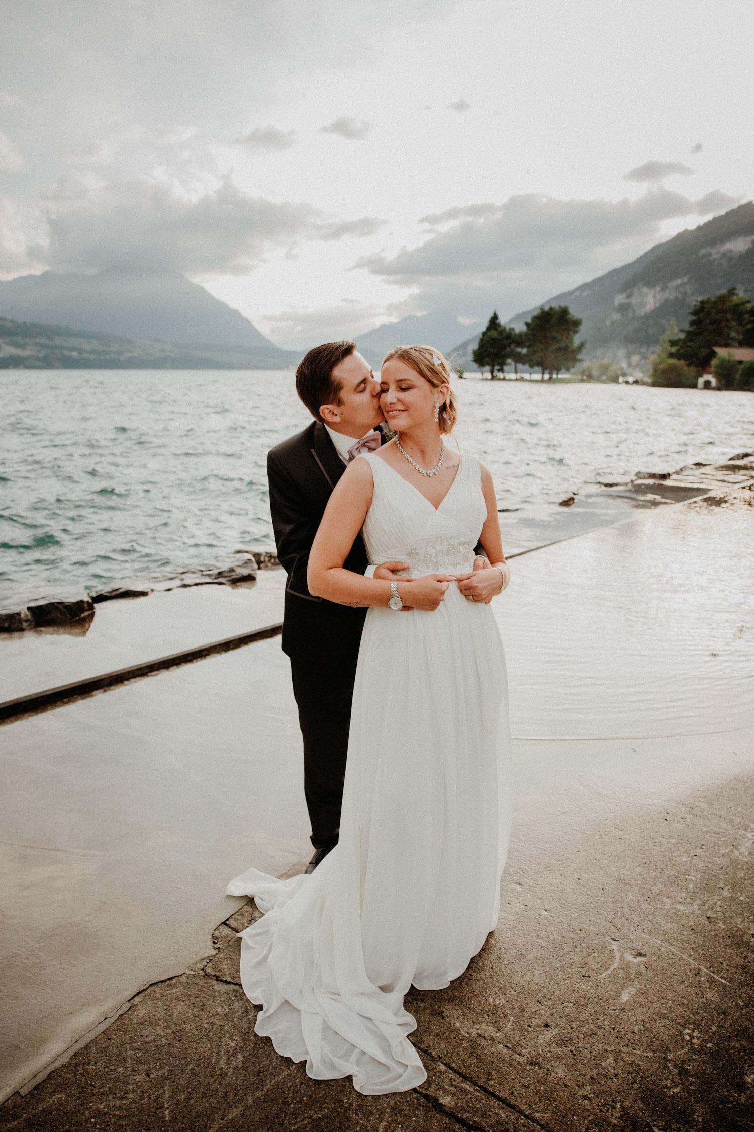Hochzeitsfotografin Bern Schweiz Interlaken Brautpaarshooting natürliche Hochzeitsfotos Thunersee Hotel Neuhaus Unterseen