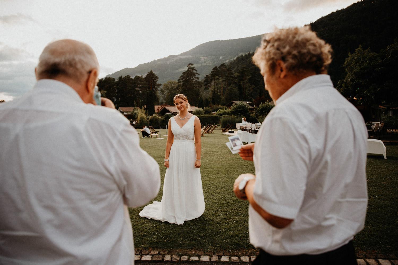 Hochzeitsfotografin Bern Schweiz Interlaken Hochzeitsgäste Hotel Neuhaus Unterseen Hochzeitsreportage Braut