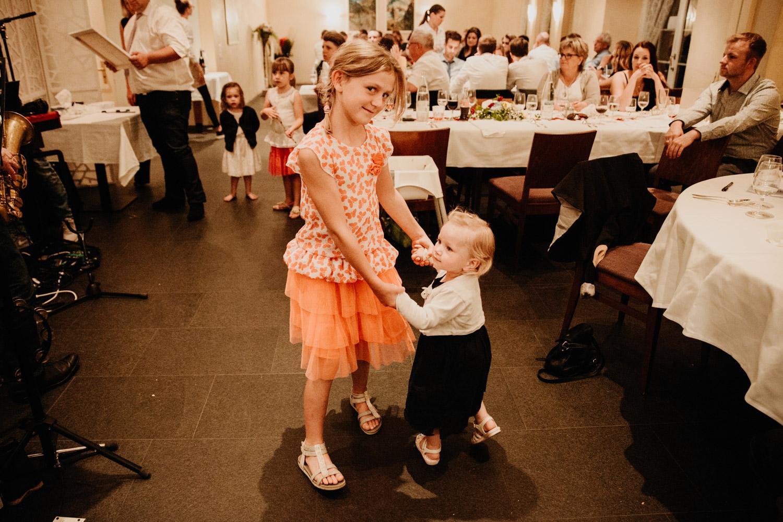 Hochzeitsfotografin Bern Schweiz Interlaken Hochzeitsgäste Hotel Neuhaus Unterseen Hochzeitsreportage Feier Tanz