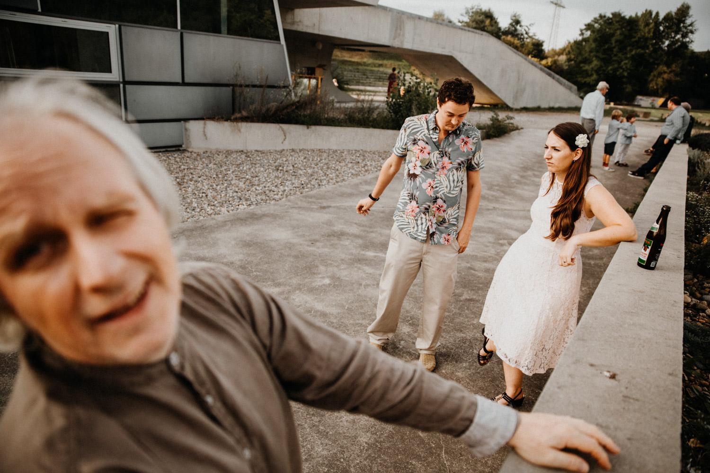 Hochzeitsfotografin Schweiz Basel Apéro Hochzeitsgäste Tanz Party Hadid Pavillon Weil am Rhein