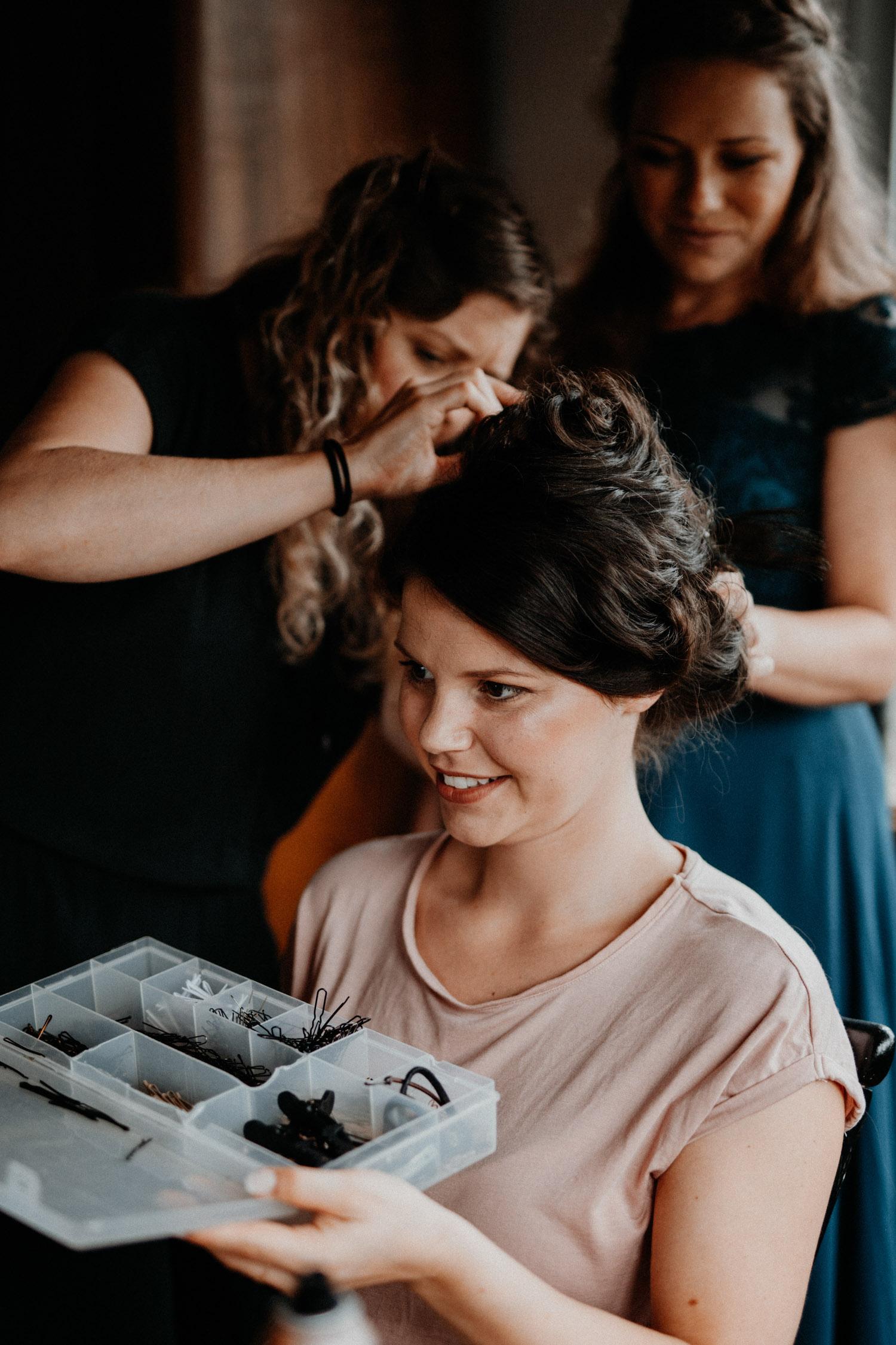Industrial Vintage Hochzeit in Basel Hochzeitsfotografin Schweiz Getting Ready Braut Hair Make-Up Atelier Lareida