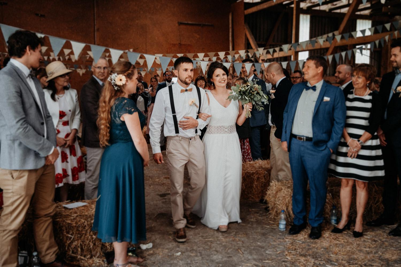 Industrial Vintage Hochzeit in Basel Hochzeitsfotografin Schweiz Hof Hoggen Reigoldswil Bauernhofhochzeit Einzug Braut
