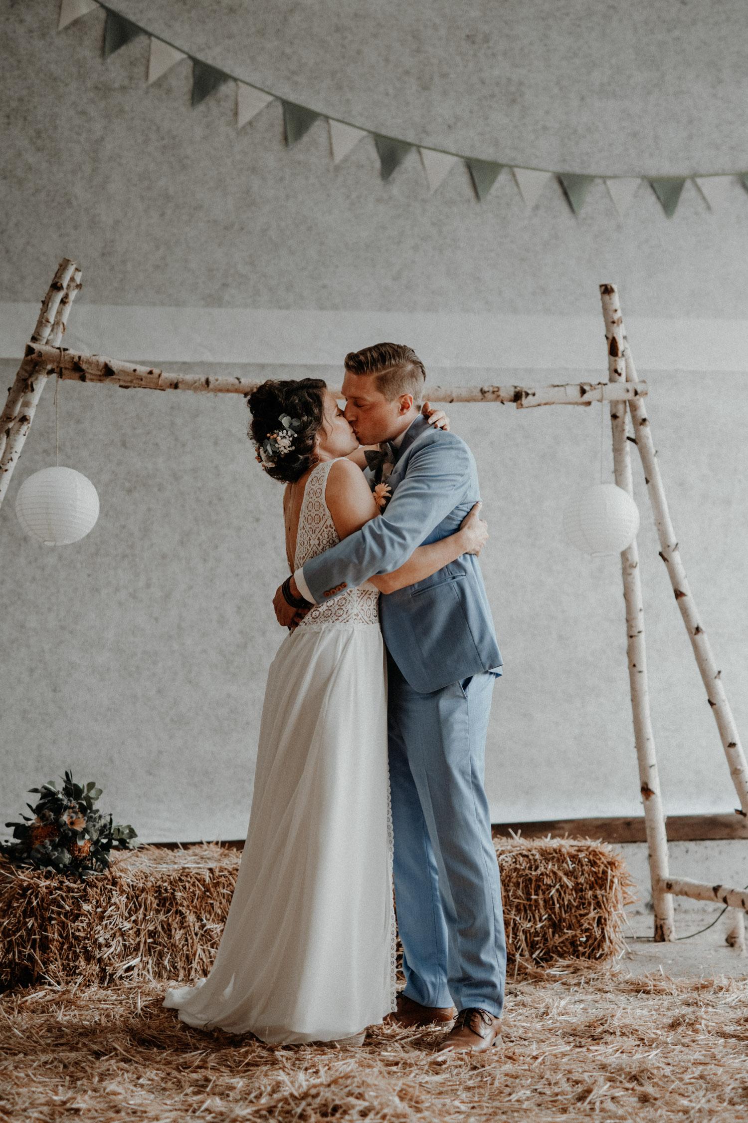Industrial Vintage Hochzeit in Basel Hochzeitsfotografin Schweiz Hof Hoggen Reigoldswil Bauernhofhochzeit Freie Trauung Kuss