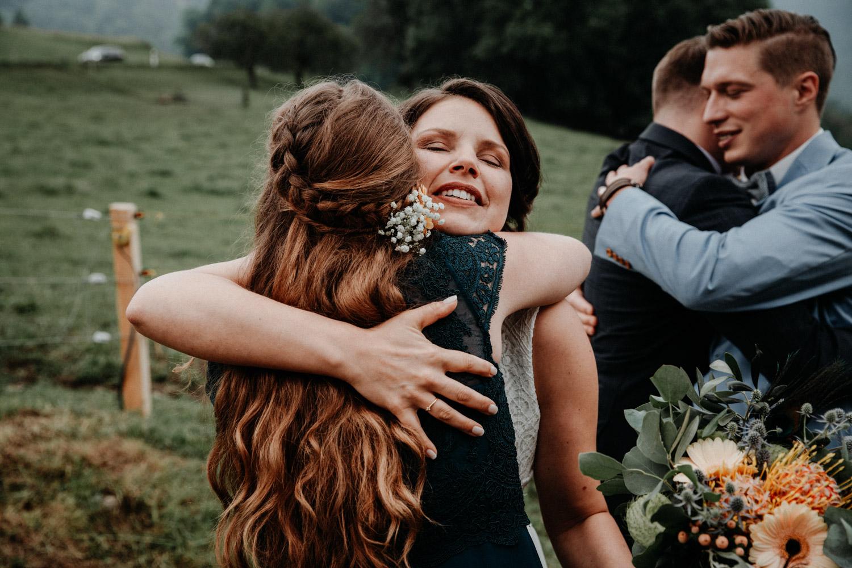Industrial Vintage Hochzeit in Basel Hochzeitsfotografin Schweiz Hof Hoggen Reigoldswil Bauernhofhochzeit Freie Trauung Gratulationen