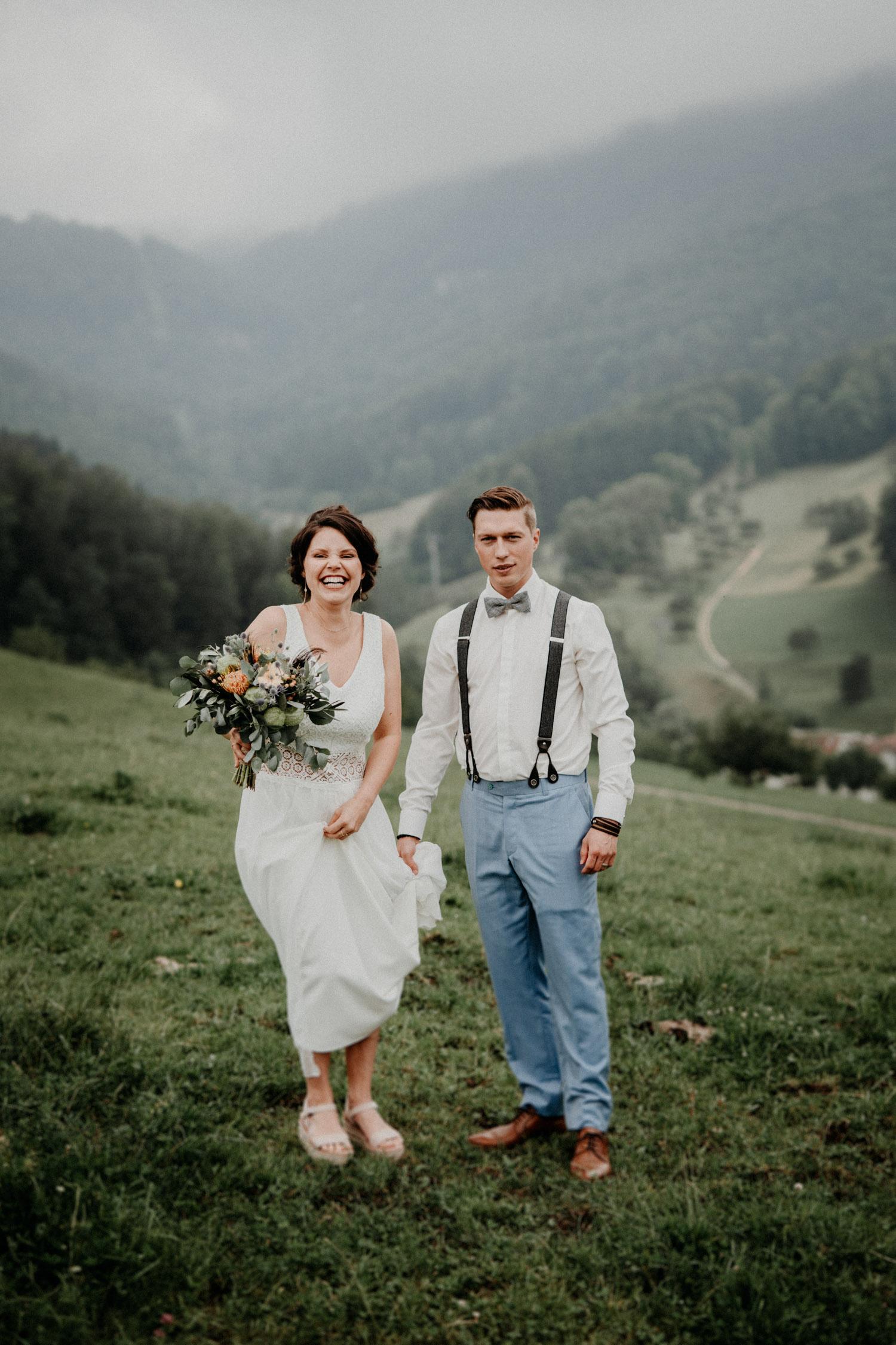 Industrial Vintage Hochzeit in Basel Hochzeitsfotografin Schweiz Hof Hoggen Reigoldswil Bauernhofhochzeit Brautpaarshooting Berge natürlich ungestellt emotional