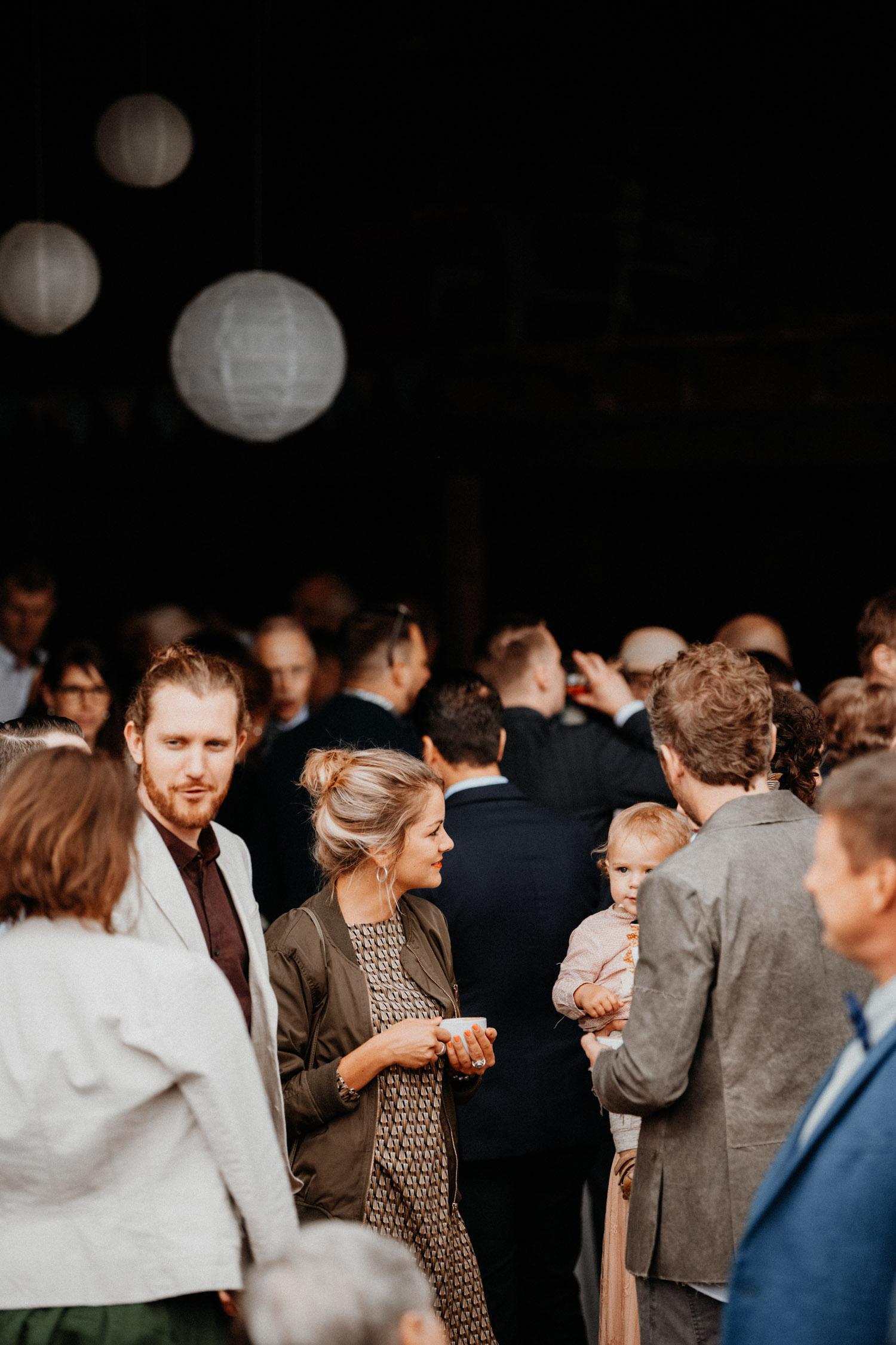 Industrial Vintage Hochzeit in Basel Hochzeitsfotografin Schweiz Hof Hoggen Reigoldswil Bauernhofhochzeit Apéro Gäste Portraits