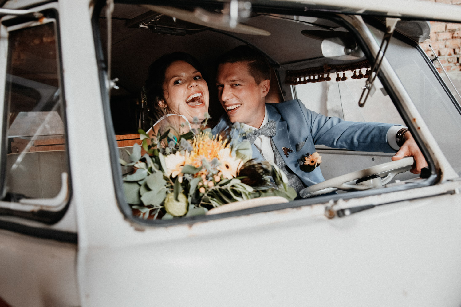 Industrial Vintage Hochzeit in Basel Hochzeitsfotografin Schweiz Tonwerk Lausen Industrial Location Schweiz Oldtimer Brautpaarshooting VW Bus