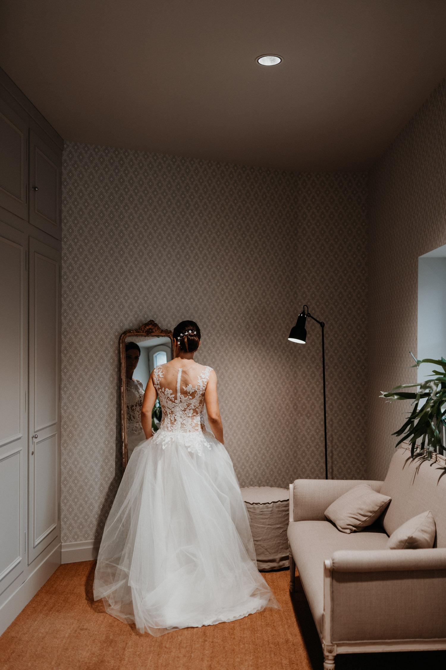 Hochzeitsfotograf in der St.Ursen-Kathedrale Solothurn Schweiz freie Trauung Altstadt natürliche Hochzeitsfotografie Getting Ready Hotel La Couronne