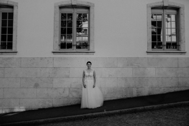 Hochzeitsfotograf in der St.Ursen-Kathedrale Solothurn Schweiz freie Trauung Altstadt natürliche Hochzeitsfotografie Getting Ready Hotel La Couronne Braut Portrait