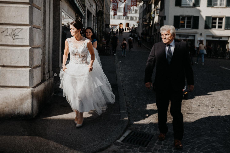 Hochzeitsfotograf in der St.Ursen-Kathedrale Solothurn Schweiz freie Trauung Altstadt natürliche Hochzeitsfotografie Braut Brautvater