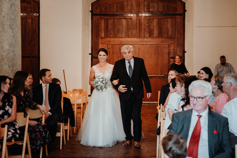 Hochzeitsfotograf in der St.Ursen-Kathedrale Solothurn Schweiz freie Trauung Altstadt natürliche Hochzeitsfotografie Säulensaal Landhaus Solothurn Einzug Braut Brautvater