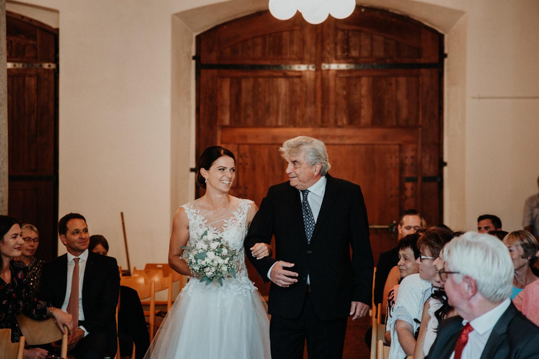 Hochzeitsfotograf in der St.Ursen-Kathedrale Solothurn Schweiz freie Trauung Altstadt natürliche Hochzeitsfotografie Säulensaal Landhaus Solothurn Einzug Braut