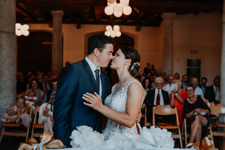 Hochzeitsfotograf in der St.Ursen-Kathedrale Solothurn Schweiz freie Trauung Altstadt natürliche Hochzeitsfotografie Säulensaal Landhaus Solothurn