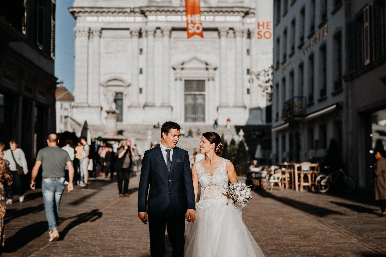 Hochzeitsfotograf in der St.Ursen-Kathedrale Solothurn Schweiz freie Trauung Altstadt natürliche Hochzeitsfotografie Brautpaarshooting ungestellt