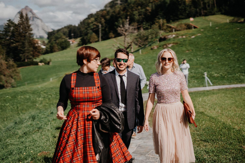 Hochzeitsfotograf in der Marienkapelle in Morschach Schweiz Hochzeitsfotografin kirchliche Trauung Schweizer Berge Alpen natürliche Hochzeitsfotografie Gästeportraits
