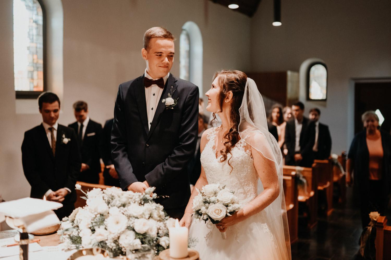 Hochzeitsfotograf in der Marienkapelle in Morschach Schweiz Hochzeitsfotografin kirchliche Trauung Schweizer Berge Alpen natürliche Hochzeitsfotografie Braut und Bräutigam am Altar