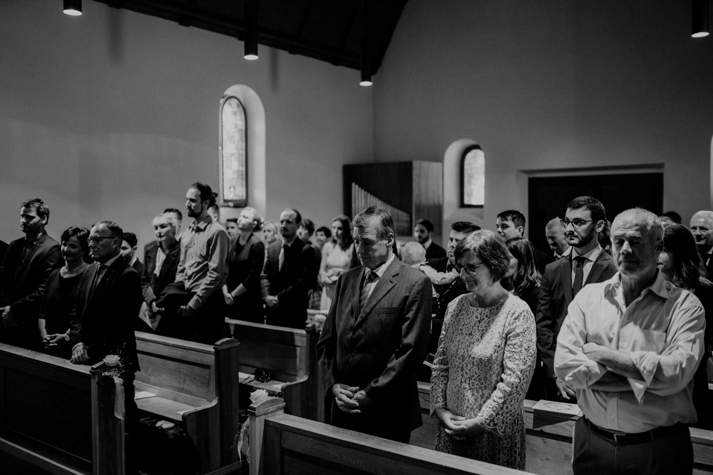 Hochzeitsfotograf in der Marienkapelle in Morschach Schweiz Hochzeitsfotografin kirchliche Trauung Schweizer Berge Alpen natürliche Hochzeitsfotografie Kirche