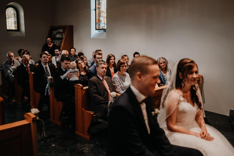 Hochzeitsfotograf in der Marienkapelle in Morschach Schweiz Hochzeitsfotografin kirchliche Trauung Schweizer Berge Alpen natürliche Hochzeitsfotografie Kirche Gäste
