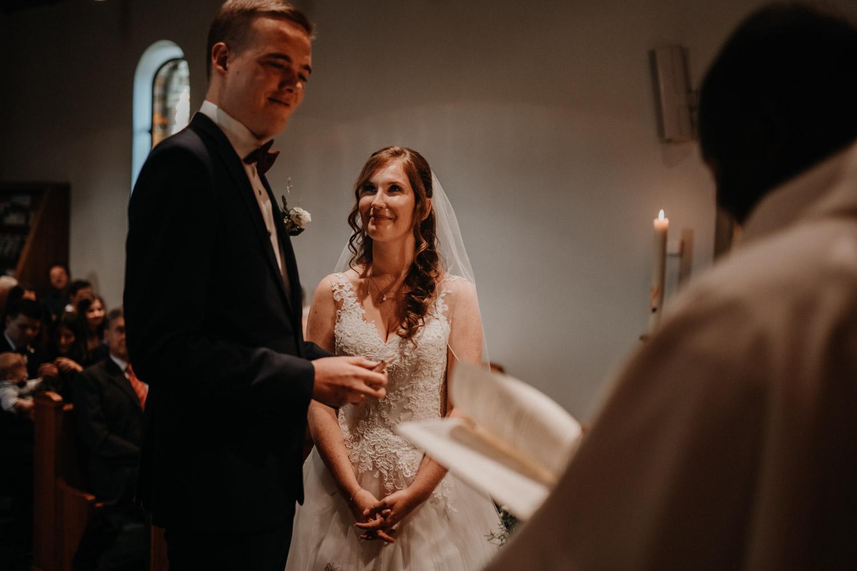 Hochzeitsfotograf in der Marienkapelle in Morschach Schweiz Hochzeitsfotografin kirchliche Trauung Schweizer Berge Alpen natürliche Hochzeitsfotografie Ringübergabe