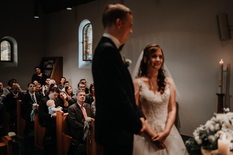 Hochzeitsfotograf in der Marienkapelle in Morschach Schweiz Hochzeitsfotografin kirchliche Trauung Schweizer Berge Alpen natürliche Hochzeitsfotografie