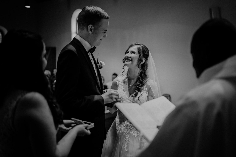 Hochzeitsfotograf in der Marienkapelle in Morschach Schweiz Hochzeitsfotografin kirchliche Trauung Schweizer Berge Alpen natürliche Hochzeitsfotografie Eheversprechen