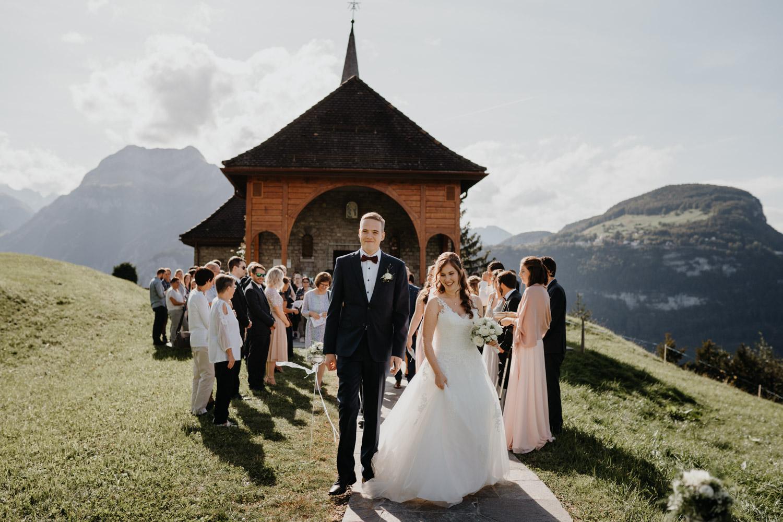 Hochzeitsfotograf in der Marienkapelle in Morschach Schweiz Hochzeitsfotografin kirchliche Trauung Schweizer Berge Alpen natürliche Hochzeitsfotografie Bergpanorama Bergkapelle