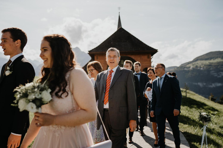 Hochzeitsfotograf in der Marienkapelle in Morschach Schweiz Hochzeitsfotografin kirchliche Trauung Schweizer Berge Alpen natürliche Hochzeitsfotografie Gäste