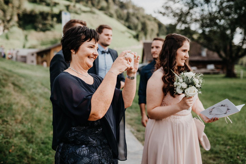 Hochzeitsfotograf in der Marienkapelle in Morschach Schweiz Hochzeitsfotografin kirchliche Trauung Schweizer Berge Alpen natürliche Hochzeitsfotografie Brautmutter Trauzeugin