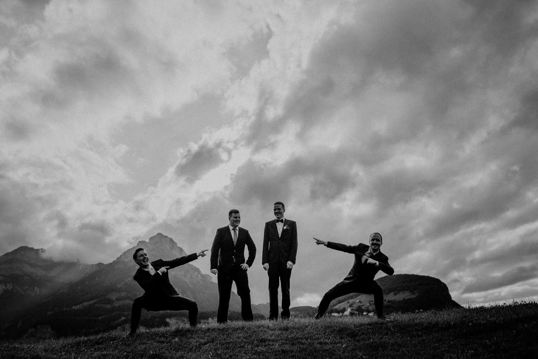 Hochzeitsfotograf in der Marienkapelle in Morschach Schweiz Hochzeitsfotografin kirchliche Trauung Schweizer Berge Alpen natürliche Hochzeitsfotografie Trauzeugen Gruppenfoto lustig