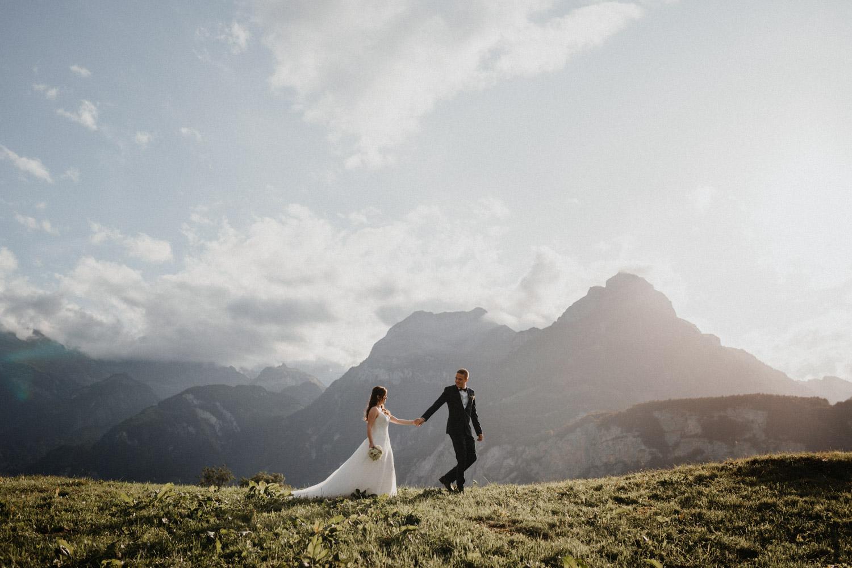 Hochzeitsfotograf in der Marienkapelle in Morschach Schweiz Hochzeitsfotografin kirchliche Trauung Schweizer Berge Alpen natürliche Hochzeitsfotografie Brautpaarshooting in den Bergen natürliche ungestellte Hochzeitsreportage