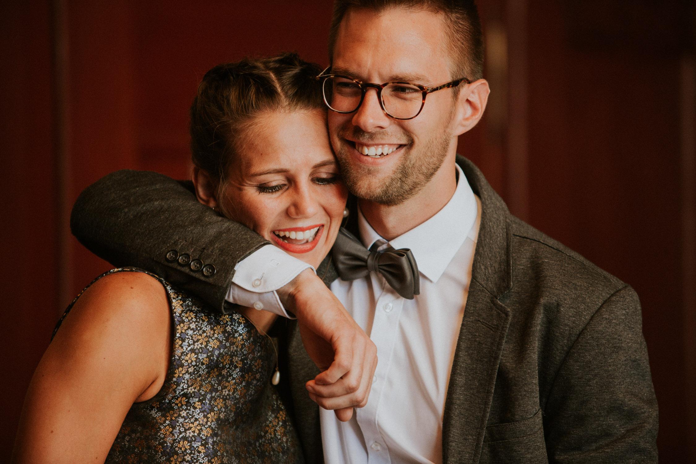 Paar heiratet im Standesamt Zürich und wird von einer Hochzeitsfotografin begleitet