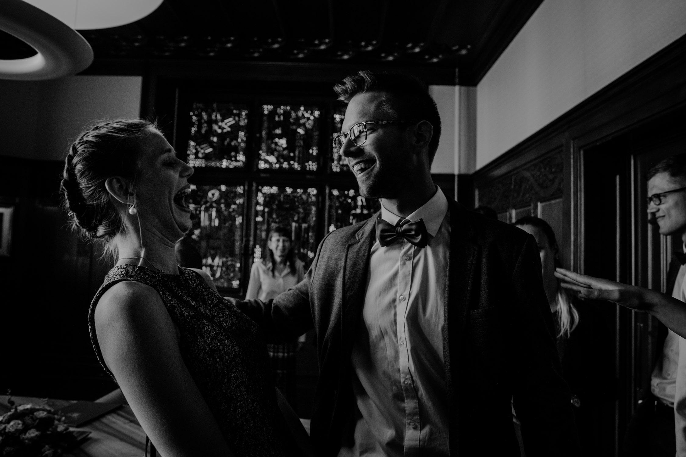 Braut und Bräutigam im Standesamt in Zürich Schweiz bei der Trauung