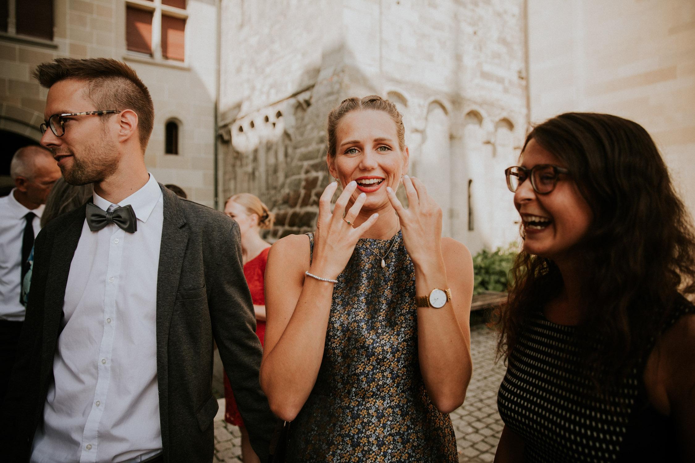 Braut wird von der Hochzeitsfotografin im Standesamt Zürich fotografiert