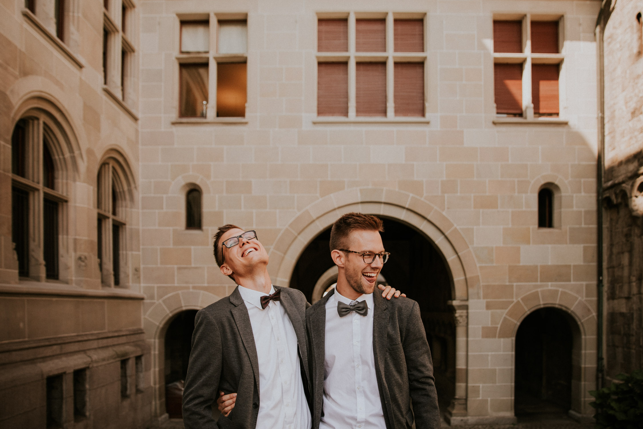 Bräutigam wird von der Hochzeitsfotografin im Standesamt Zürich fotografiert