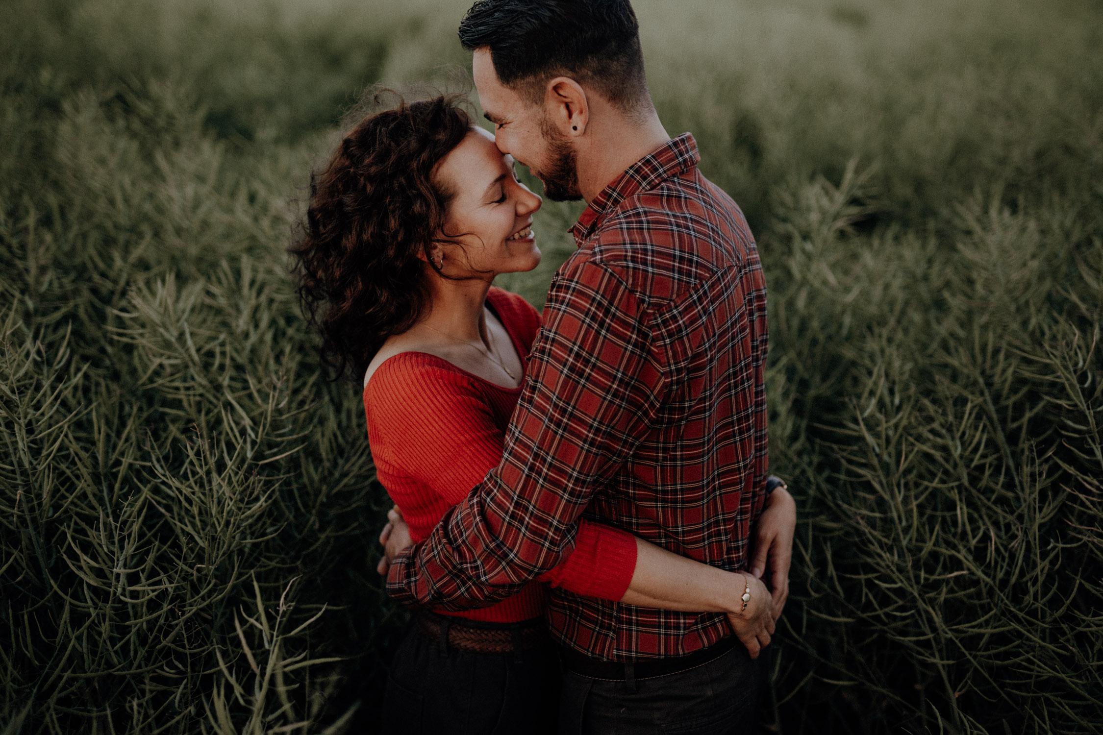 Verlobungsshooting in Bern Paarshooting natürlich ungestellt Schweiz Hochzeitsfotografin Weizenfeld Gegenlicht authentisch keine Posen