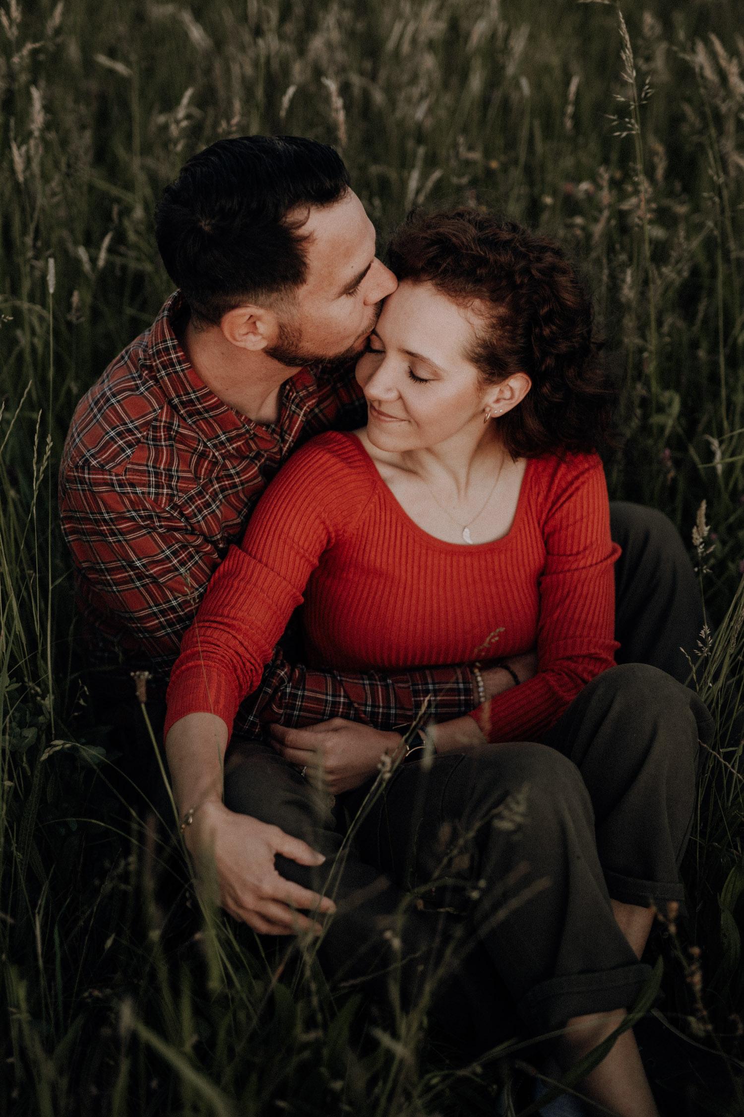 Verlobungsshooting in Bern Paarshooting natürlich ungestellt Schweiz Hochzeitsfotografin authentisch keine Posen Bilder für Einladungskarte Paarfotos