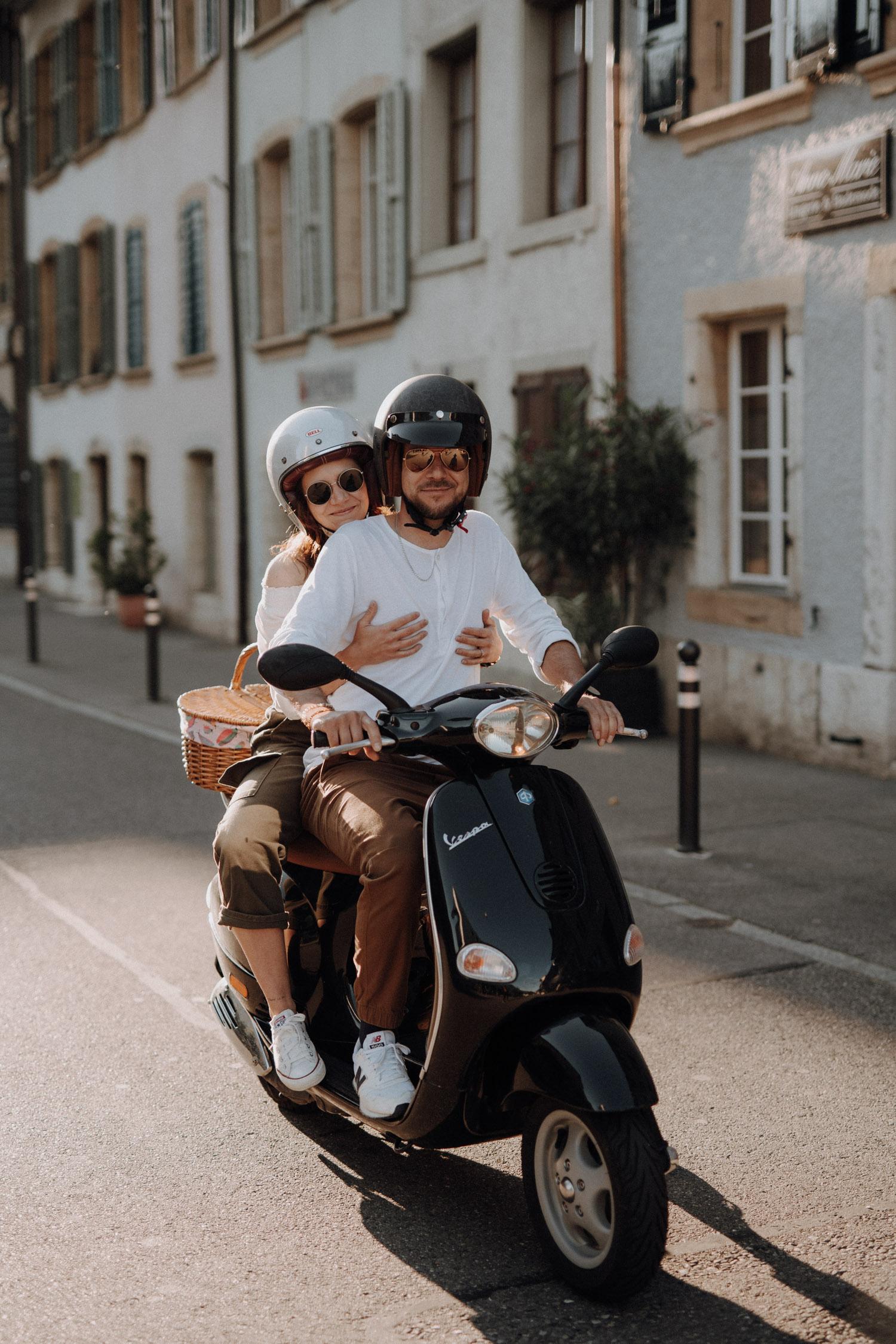 Verlobungsshooting in Bern Paarshooting natürlich ungestellt Schweiz Hochzeitsfotografin authentisch keine Posen mit einer Vespa Motorrad in Altstadt