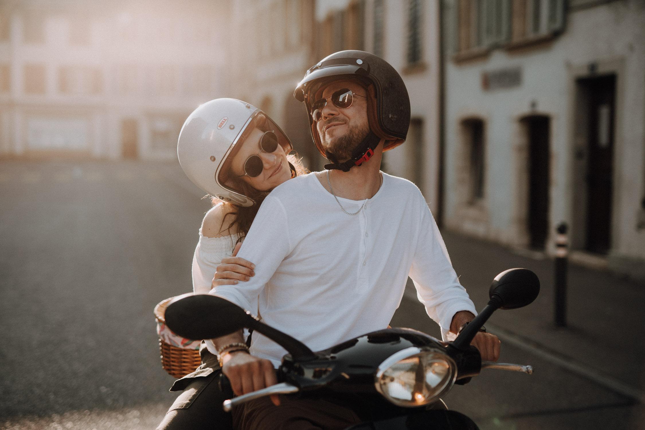 Verlobungsshooting in Bern Paarshooting natürlich ungestellt Schweiz Hochzeitsfotografin authentisch keine Posen mit einer Vespa Motorrad in Altstadt Vintage